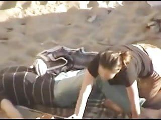 Playa expuesta: una pareja amorosa con un gran trago cim