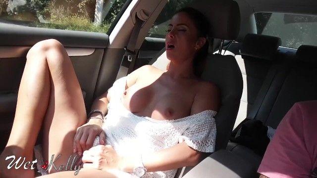 Um verdadeiro anjo diletante se masturba no carro nas ruas da cidade.úmido