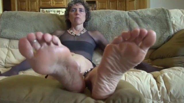 Oma wünscht sich, an ihren Sohlen Zunge zu fühlen, nicht frustrieren